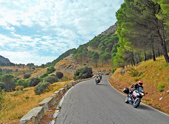 Préparer un road trip à moto : focus sur les affaires à emporter