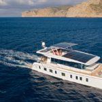 Conseils pratiques pour réussir l'accostage d'un bateau à moteur unique